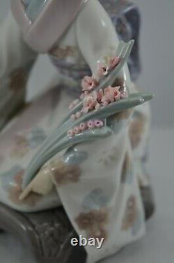 Delightful Lladro Geisha Figure Kiyoko Ref. No. 1450
