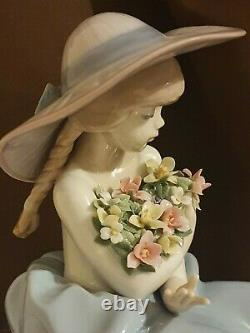 LLADRO 5862 Fragrant Bouquet Girl with Flowers Excellent Condition