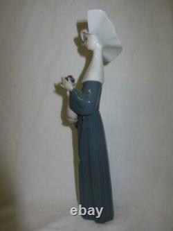 LLADRO Nun Figurine SERENE MOMENT # 5550 Sculptor José Puche, retired 1989