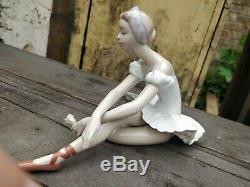 LLADRO'Rose Ballet' porcelain SEATED BALLERINA figurine