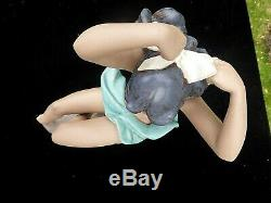 Large Dark Skinned Nude Lladro Nao Gres Girl 14 1/2. Tying A Bow In Hair 1992