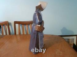 Large lladro nun charity No12112 issued 1978