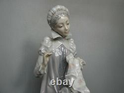 Lladro 5126 Medieval Lady Sewing A Trousseau / Embroidering