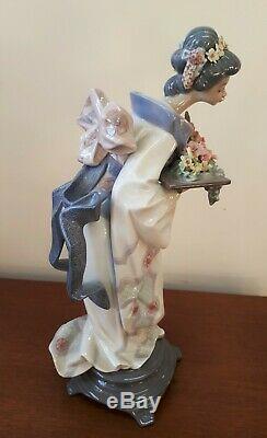 Lladro Porcelain 5773 Gracefull Offering Geisha Holding Flowers 1991 S. Debon