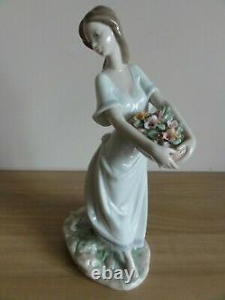 Lladro Privilege Figurine Gardens Of Athens 7704 BNIB