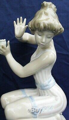 Lladro STARTLED lady with starfish model 5614