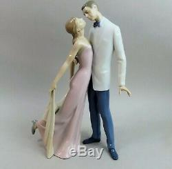 Lovely Lladro Happy Anniversary 6475 Kissing Couple Figurine