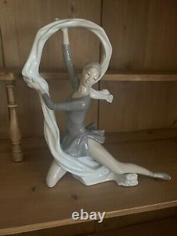 Nao By Lladro Ballerina Dancer With Ribbon/veil