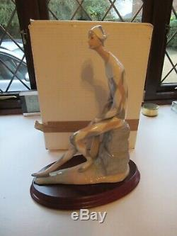 Nao By Lladro Very Large Figure Of A Harlequin Minstrel With Lute Stunning