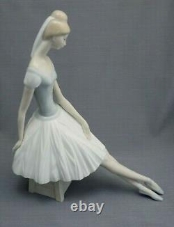 Nao Lladro Large Seated Ballerina Figurine In Excellent Condition