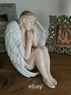 The Leonardo Collection large sitting angel like Lladro VERY RARE mint condition